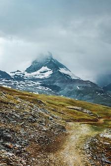 구름의 마테호른 산길 잔디 돌 체르마트 스위스 알프스 스위스의 모험
