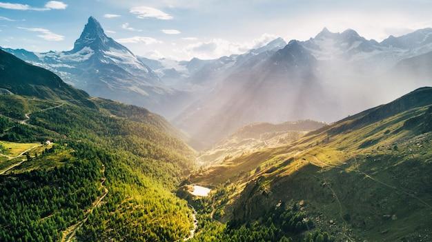 N 스위스에서 하얀 눈과 푸른 하늘과 마테호른 산 서사시 공중보기