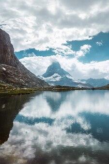 물 반사 잔디와 돌이 있는 마터호른 산 호수 체르마트 스위스 알프스 스위스