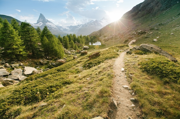 Гора маттерхорн с белым снегом и голубым небом в городе церматт в швейцарии