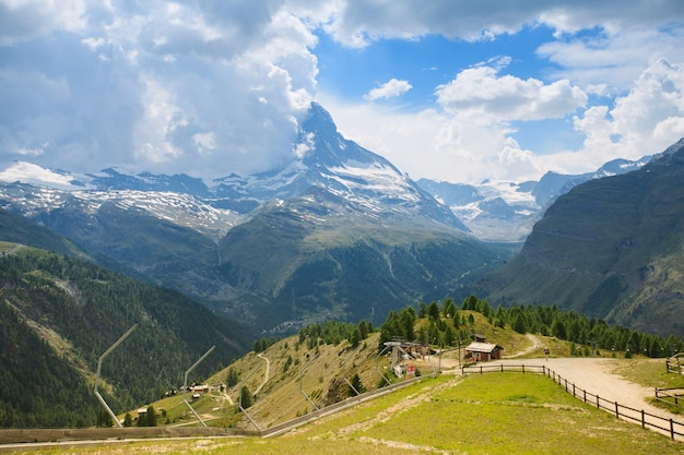 스위스 체르마트 (zermatt)시의 하얀 눈과 푸른 하늘이있는 마테호른 산