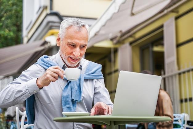 바에서 자신의 노트북을 사용 하여 성숙한 성인