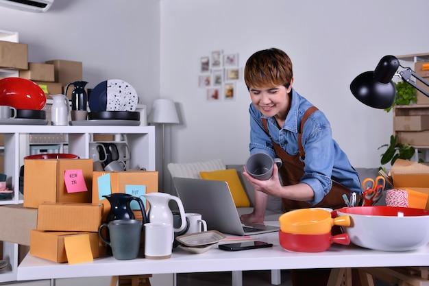 성숙한 아시아 여성 기업가, 점토 세라믹 제품으로 홈 오피스에서 일하는 비즈니스 소유자. 가정 개념에서 온라인 판매 비즈니스 작업