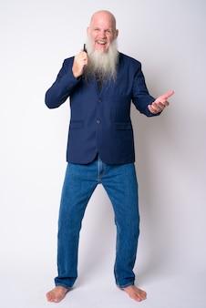 スーツを着て長いひげを持つ成熟したハゲの実業家