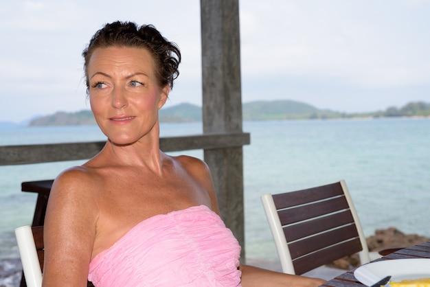 ビーチリゾートで成熟した美しい観光女性