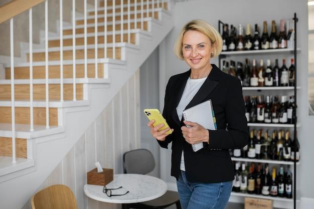 仕事で成熟した金髪のビジネス女性