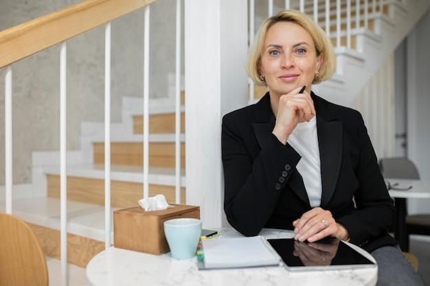 Зрелая блондинка бизнес-леди на работе