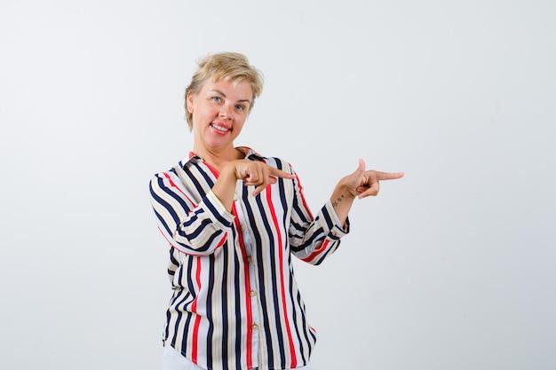 縦縞のシャツを着た成熟したブロンドの女性