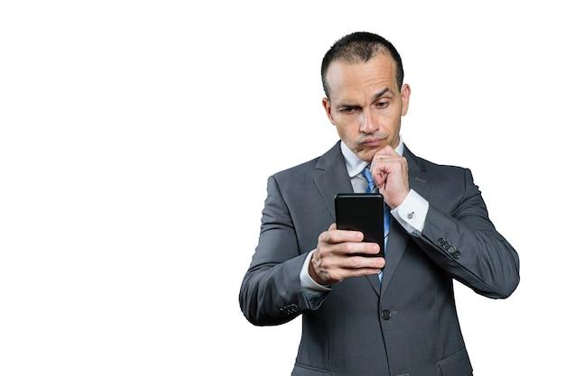 成熟したブラジル人男性、正装で、スマートフォンを手に、優柔不断な顔をしています。