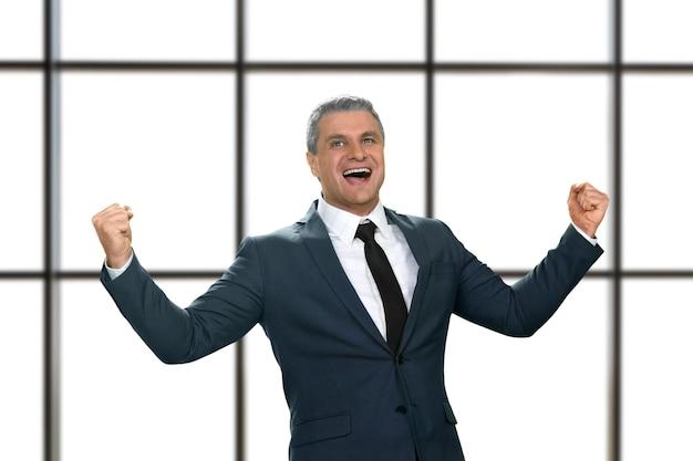 幸せに笑っている成熟したビジネスマン。