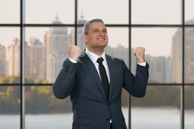 幸せに笑って成熟したビジネスマン。