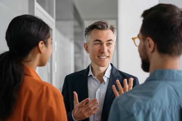 Зрелый уверенный наставник или бизнес-тренер