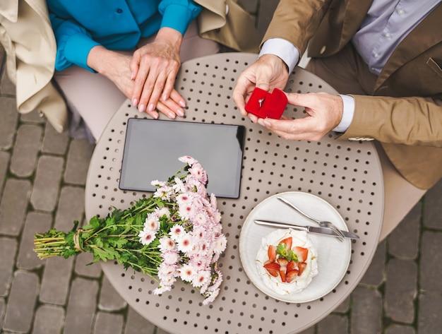 結婚の提案を祝う成熟したカップル