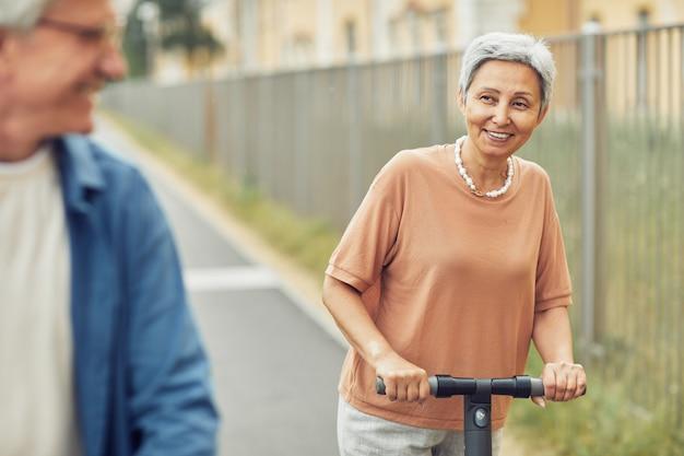 Пожилая пара наслаждается поездкой на скутере