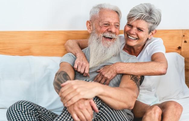 Пожилая пара, наслаждаясь время вместе дома после пробуждения