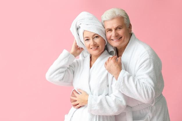 Зрелая пара в халатах
