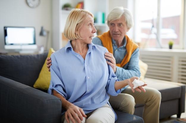 Пожилая пара в конфликте