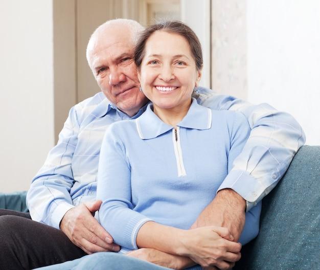 Пожилая пара в доме