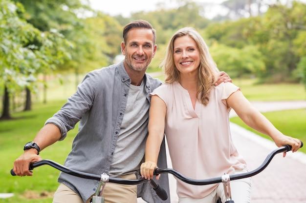 Пожилая пара езда на велосипеде