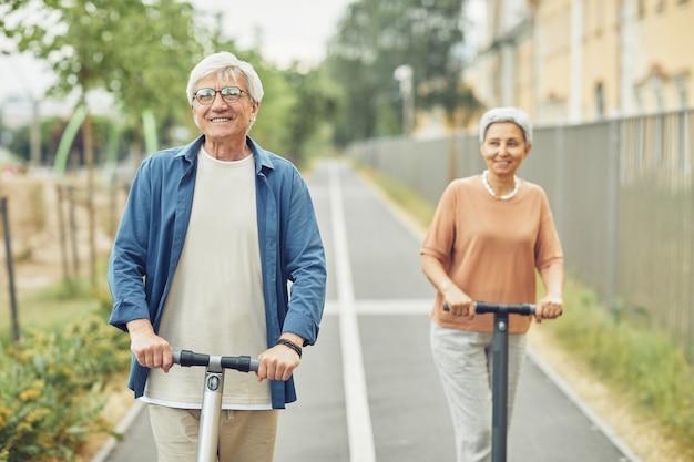 Пожилая пара на электрических скутерах