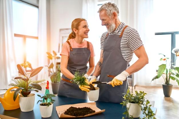 成熟したカップルは、休暇や家でガーデニングに一緒に時間を過ごします。