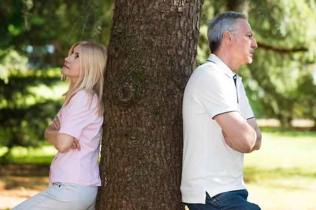恋人のティフの後にお互いに立っている成熟した夫婦