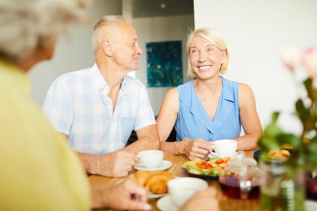 Пожилая пара разговаривает с друзьями