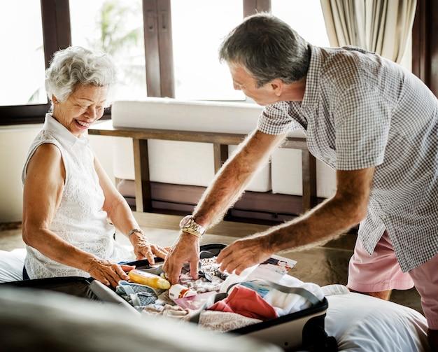 Пожилая пара отдыхает на курорте