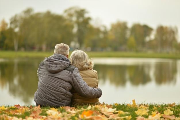가을 공원에서 산책하는 성숙한 부부