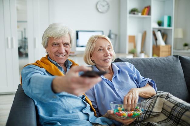 テレビを見ている成熟したカップル