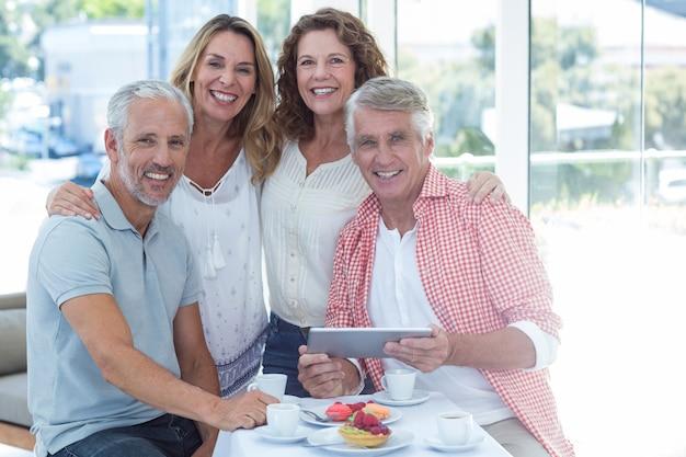 Пожилые пары за столом в ресторане