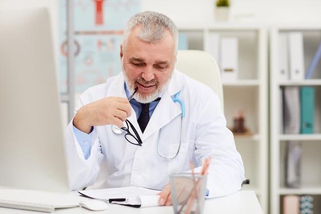 医療カードを読んで成熟した医師