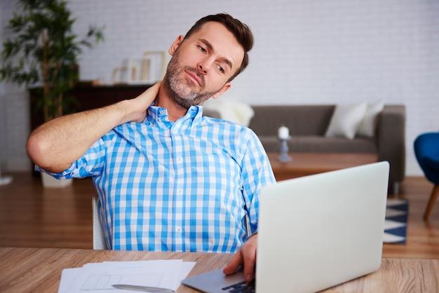 Зрелый предприниматель страдает от боли в шее