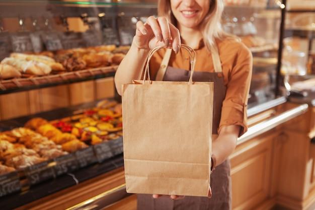 그녀의 빵집에서 일하는 성숙한 여성 베이커