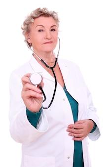 Зрелая женщина-врач на белом