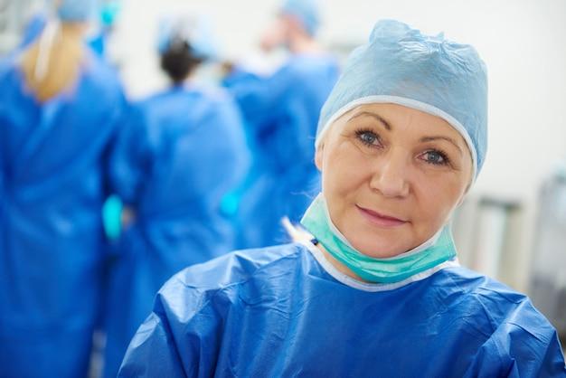 수술 모자에 성숙한 여성 외과 의사