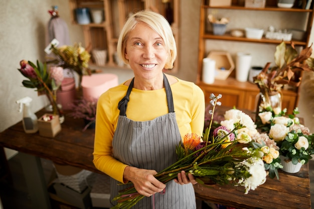 フラワーショップでポーズ成熟した花屋