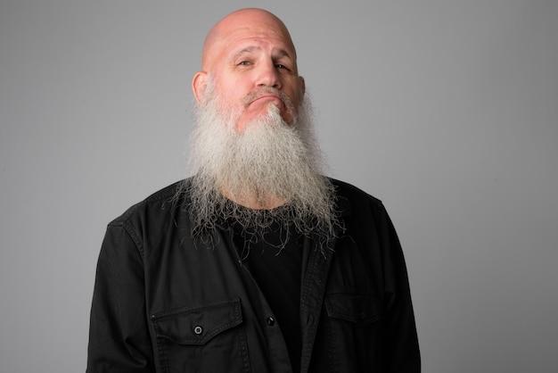 흰색에 긴 회색 수염을 가진 성숙한 잘 생긴 대머리 남자