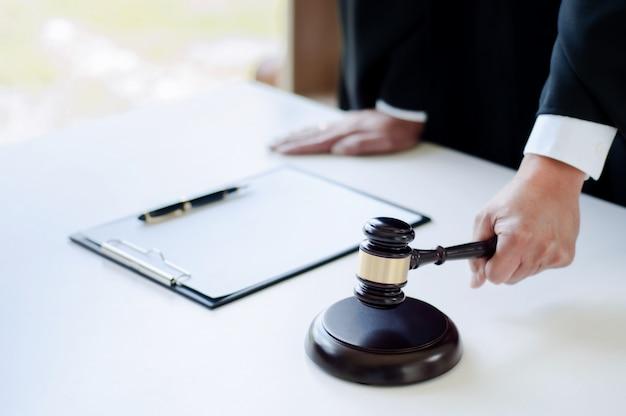 Зрелый адвокат, работающий в зале суда с правосудием