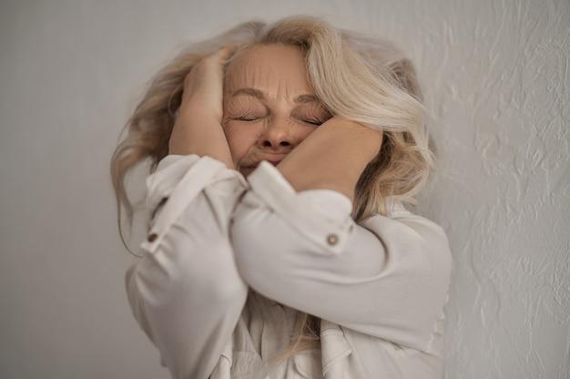 ストレスに苦しんでいる成熟した孤独な白人女性