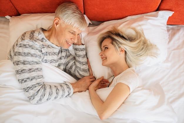 成熟した愛のカップルは、寝る前に寝室でお互いを見ます。