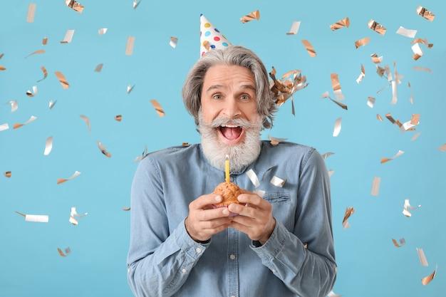 색상 배경에 생일을 축 하하는 성숙한 남자