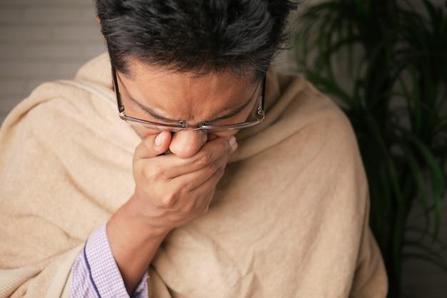 집에서 아프고 기침하는 성숙한 남자