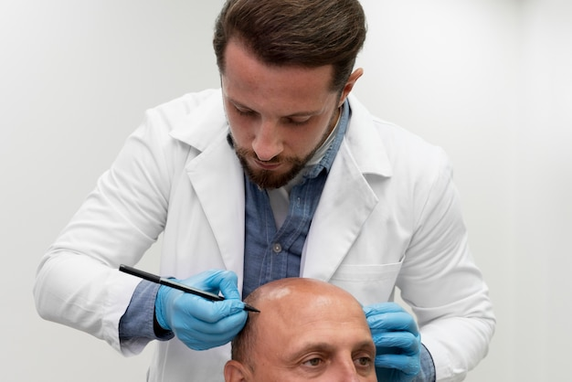 Uomo maturo che passa attraverso un processo di estrazione dell'unità follicolare