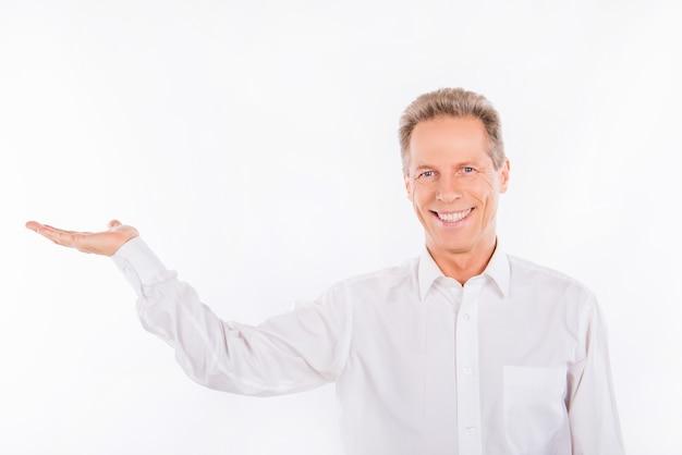白いシャツを着た成熟した男