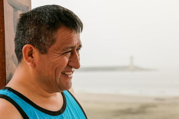 바다를 배경으로 웃는 50대 남성