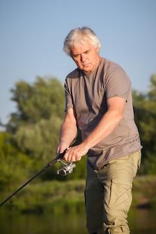 Зрелый мужчина на рыбалке.