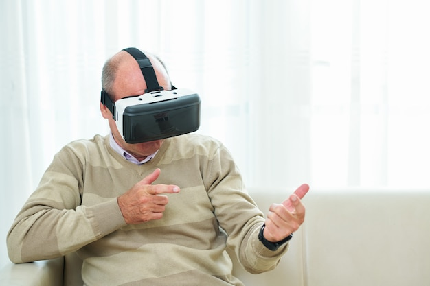 Зрелый мужчина играет в видеоигру