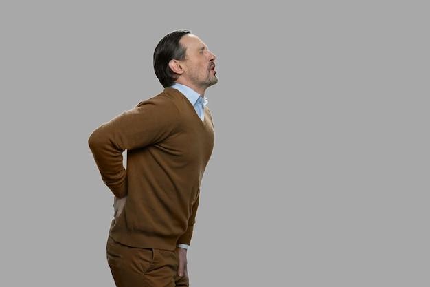 강한 허리 통증으로 고통받는 성숙한 남자. 텍스트를위한 공간. 건강 문제 개념.