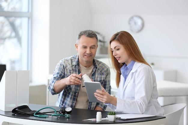 Зрелый мужчина посещает врача в клинике